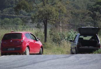 O Fiat Uno ficou com a frente danificada e o outro veículo amassou bastante a lateral do lado esquerdo.