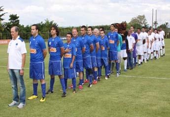 Ex-jogadores do Cruzeiro jogam junto com torcedores na Toca II.