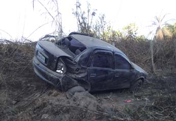 Carro ficou bastante danificado, mas vítimas que usavam o cinto de segurança não se feriram gravemente