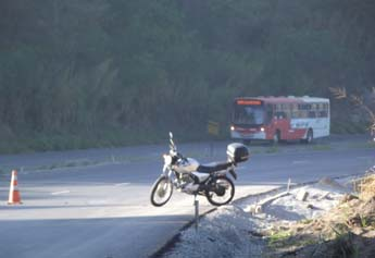 Motociclista de Pedro Leopoldo bateu na traseira de um celta que parou para prestar socorro