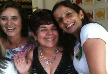 Professora Lourdinha ao centro da foto, cercada pelo carinho das amigas