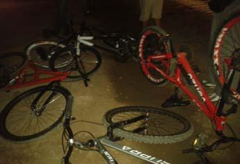 Bicicletas ficaram amontoadas no meio da rua