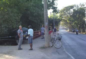 Motorista habilidoso passou entre um poste da Cemig e a ponte, mas não bateu