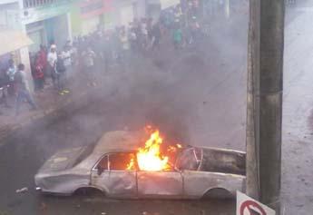 Carro abandonado na Rua Professora Laura de Oliveira há quase dois anos, foi arrastado para a Rua Magno Claret e incendiado