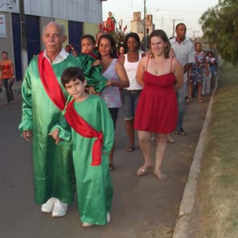 Em destaque, vestidos de verde, o Senhor João Ávila e o neto (foto de 2012).