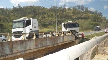 Dois cavalos mecânicos bateram na cabeceira do viaduto na rodovia MG-424