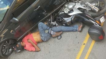 Moto da vítima ficou embaixo do carro, por sorte o veículo não passou por cima do motociclista