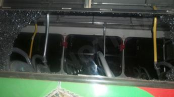 Adolescentes jogaram pedras e quebraram a janela do coletivo