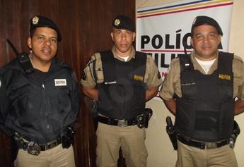 Ao centro da foto o soldado Correa ladeado pelos sargentos Anacleto e Carlos José