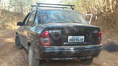 Carro usado na fuga estourou o pneu e foi abandonado pelos assaltantes