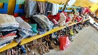 Calçados, roupas e outros objetos do bazar