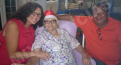 Ladeada pela filha Maria do Porto e o genro Luiz, Dona Maria recebeu muito carinho no último natal