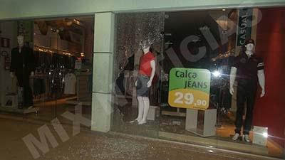 Após quebrar o vidro os bandidos entraram no estabelecimento