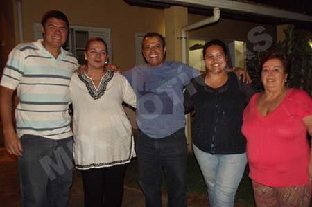 Ladeado por Bianca e Ana Clara, Eduardo Costa é recepcionado no Laiite