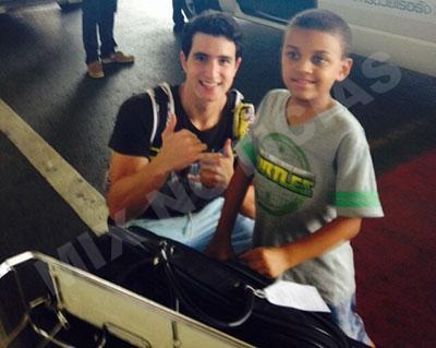 Emiliano é o guia que acompanha Ian e o Pai na  Tailândia