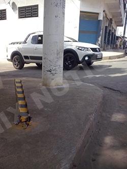 Após bater no calçada carro atingiu uma barra de ferro e em seguida o poste