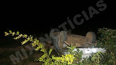 Veículo caiu em um barranco à beira da estrada