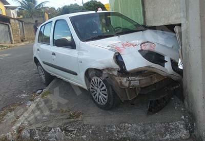 Carro ficou com a frente bem danificada