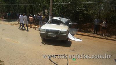 Carro bateu no meio fio e depois foi arremessado para cima do poste