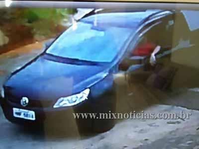 Uma das casas registrou as imagens do carro passando pela rua