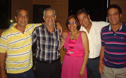 Ao centro da foto, Maria Inez é abraçada pelos irmãos Geraldo Aguiar, Dilsinho (in-memoriam), José Maurício e Raimundo