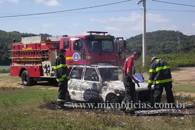 Bombeiros foram acionados, mas não deu tempo de salvar o veículo
