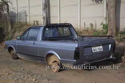 Após furto, veículo é encontrado sem as rodas