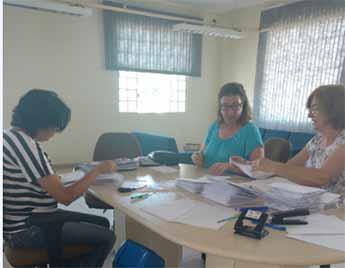 Voluntárias ajudam na organização das cartas
